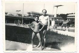 REAL PHOTO Ancienne,  Trunks Man And Boy Kid On Pool Beach,  Homme Et Garcon Sur Piscine Plage, Photo ORIGINAL - Photos