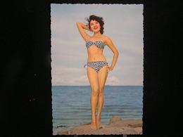 W-284 / Carte - Photo / Pin-up - ( Nue )  En Maillot De Bain ( + - Année 1950 )  /  Circulé  .- - Pin-Ups