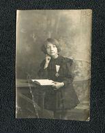 Petite Fille Avec Médaille - Photographie - 8 X 11.5 Cm - Persone Anonimi