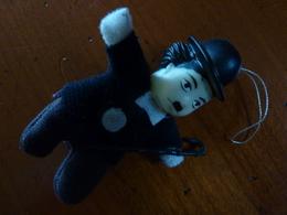 Mini Poupée En Tissus Et Mousse De Charlie Chaplin (charlot, Cinéma) - Dolls