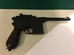 QUASI ARME PISTOLET MAUSER 1896 EN FER AVEC POIGNEE EN BOIS OU EN BAKELITE – INAPTE AU TIR. NOMBREUSES PHOTOS - Armes Neutralisées