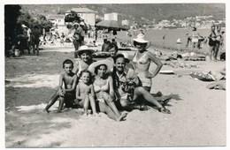 REAL PHOTO Ancienne Bikini Hat Women Man And Kids On Beach Scene Femmes Homme Et  Enfants Sur Plage, Photo ORIGINAL - Photos