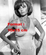 Reproduction D'une Photographie De Jacqueline Bisset En Robe Moulante Et Tenant Une Cigarette - Reproductions