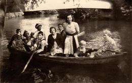Photo Originale Promenade En Barque Dominicale Un Jour De Communion - La Famille Au Complet Sur L'eau ! 1940/50 - Bateaux