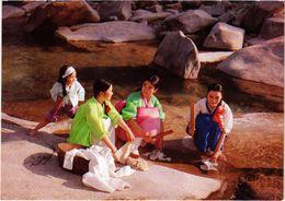 COREE DU SUD  - SEOUL - Jeunes Filles Lavant Des Vêtements Dans Un Ruisseau De La Montagen - Korea, South
