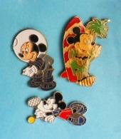 3 PIN'S //   ** MICKEY / SURFEUR / ASTRONAUTE / TENNISMAN ** - Badges