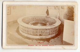 """Photo XIXème - """" VICHY - Source De La Grande Grille """" Rare ! - Format Cdv Rigide - Photos"""