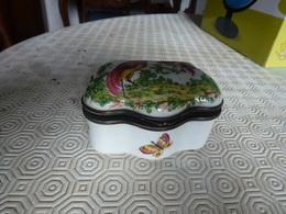 Très Jolie Bonbonnière En Porcelaine - Ceramics & Pottery
