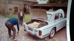 VOITURE TAXI MARQUE À DETERMINER PLAQUE IMMATRICULATION LISIBLE INSTRUMENT DE MUSIQUE LOT 4 PHOTOS ANNÉE 1972 - Automobiles