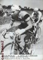 PHOTOGRAPHIE ANCIENNNE TOUR DE FRANCE 1958 EU-VERSAILLES JANSSENS BLESSE CYCLISME SPORT CYCLISTE - Sports