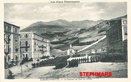 CPA 04 : BARCELONNETTE - LA CASERNE UN JOUR DE REVUE - Alpes Pittoresques - édition Louis Bonnet - Barcelonnette
