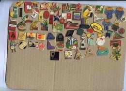 Lot D'environ 60 Pin's - Majorité Publicité Pour Produit Alimentaire Et Usage Courant - Badges
