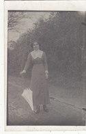 """MONTENOISON : CARTE-PHOTO DE 1914. JEUNE FEMME"""" LEONIE """" AVEC SON PARAPLUIE OU OMBRELLE.T.B.ROBE. PETIT PRIX - France"""