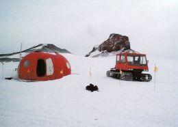 1 AK Antarctica Antarktis * A Tracked Vehicle Stops At An Emergency Shelter Near Castle Rock On Ross Island * - Ansichtskarten