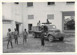 Photo CAMEROUN DOUALA - MARS 1951 - Sce TECHNIQUE - BUREAU ET RESERVE PIECES DETACHEES -déchargement D'un  Camion - Africa