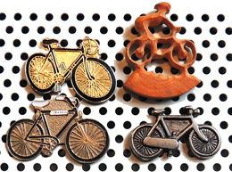 Lot 4 Beaux Pin's Sur Le Cyclisme 2 Vélos Métalliques époxy 1 Vélo Métal Argenté & 1 Vélo En Bois Naturel Sculpté Ajouré - Radsport