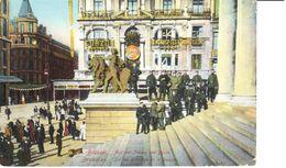 Bruxelles - CPA - Brussel - Sur Les Escalier De La Bourse - Places, Squares