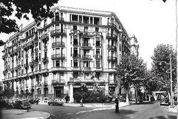1 Cpsm Gd Modèle Menton : Hôtel Astoria, Façade Sur Rue (voitures, Agent De Circulation) - Menton