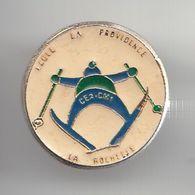 Pin's Ecole La Providence La Rochelle En Charente Maritime Dpt 17 CE2 CM1 Ski  Skieur Réf 5921 - Cities