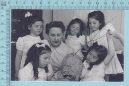 """Les Quintuplées Dionne # 13 - CPM """" Jumelles Dionne""""  Né En 1934, Etudiant Un Nid De Guepes - Ont, Canada, Reproduction - Groupes D'enfants & Familles"""