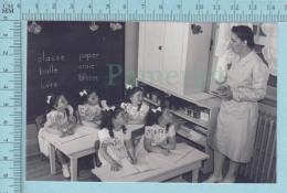 """Les Quintuplées Dionne # 14 - CPM """" Jumelles Dionne""""  Né En 1934, Dans La Classe Privées - Ont, Canada, Reproduction - Groupes D'enfants & Familles"""