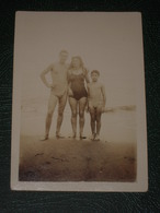 Petite Photo Ancienne De 1945 Algérie Plage De Douaouda - Homme Femme Et Garçon - Snapshot 9x6.5 Cm. - Places