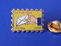 Pin's La Poste PTT - Le Facteur Créteil 1992 - Timbre - France Télécom (QC46) - Mail Services
