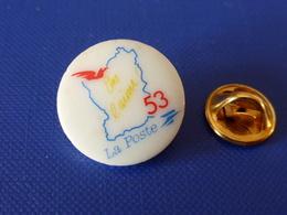 Pin's La Poste PTT - On L'aime - Mayenne 53 Contour De Département - Porcelaine Thosca - France Télécom (QC60) - Mail Services