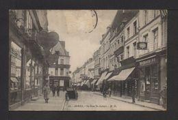 CPA . Dépt.62. ARRAS . La Rue St-Aubert . Animation, Boutiques . - Arras