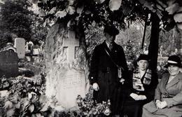 Photo Originale Mortem - Rendez-Vous Au Cimetière En Famille Vers 1930 - Pierre Tombale Gravée Dans La Roche Brute ! - Lieux