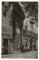 CPA 13  ARLES  PLACE DU FORUM   HOTEL DU NORD      SALON COIFFEUR - Arles