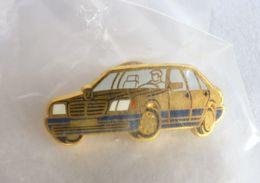 PIN's ARTHUS BERTRAND MERCEDES VOITURE AUTOMOBILE BERLINE OR ET BLEUE - Renault