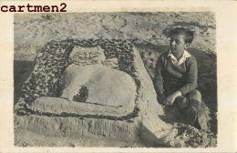 CARTE PHOTO : CHATEAU DE SABLE CHAT CAT KAT SCENE DE PLAGE - Gatti