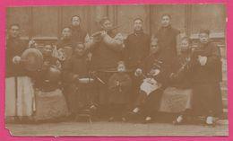 Photo Argentique Vers 1900 - Colonie Asie - Origine Chine - Orchestre - Musicien - Animée - 13.5 X 8.5 Cm Environ - Places
