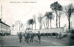N°61072 -cpa Vernon -pansage Et Abreuvoir- - Kazerne