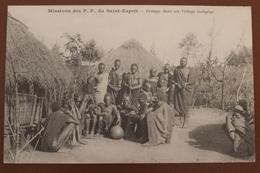 MISSIONS DES PP DU SAINT ESPRIT - GROUPE DANS UN VILLAGE INDIGENE - Missions
