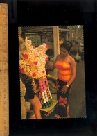 BALI Indonesia : Balinese Girl Woman Making Decorative Offerings To Her God / Femme Balinaise - Indonésie