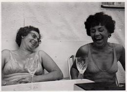 Photo Originale Portrait De Femmes En Maillots De Bains En Plein Fou Rire Devant Un Verre De Blanc Vers 1960/70 - Pin-up