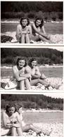 3 Photos Originales Pour Deux Pin-Up Sexy Soeurs Jumelles En Bikini Au Bord De L'eau Vers 1960 - Complicité & Poupée - Pin-ups