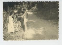 PHOTOGRAPHIES ORIGINALES - AFRIQUE NOIRE - CONGO - Occidentaux Offrant Une Cigarette à Villageoises - Afrika