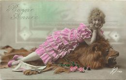 Themes Div - Ref W567-femmes Et Lions - Portrait De Femme Sur Peau De Lion  - Carte Bon Etat  - - Lions
