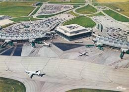CPM  De  L' Aéroport  International De LYON-SATOLAS  (69)  -  Vue  Aérienne    //  TBE - Aerodromes