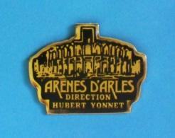 1 PIN'S //    ** ARÈNES D'ARLES ** DIRECTION / HUBERT YONNET ** - Tauromachie - Corrida