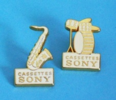 2 PIN'S //    ** SAXOPHONE & BATTERIE ** CASSETTE / SONY ** . (X2 TOSCA) - Music