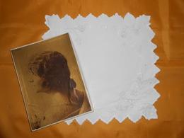 Pochette Ancienne Brodée Main + Boîte Ancienne - - Handkerchiefs
