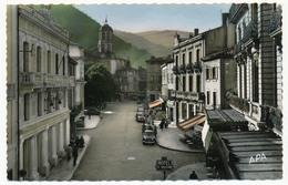 CPSM - MAZAMET (Tarn) - Cours René Reille - Les Grands Cafés - Au Fond L'Eglise St Sauveur - Mazamet