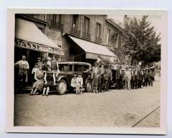 PHOTO NON SITUEE AUTOMOBILE ET DE NOMBREUSES PERSONNES DEVANT DES CAFES ET BISTROTS PHOTO TRES INTERRESSANTE DE 1931 - Cars