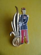 Big Pins Pin's Le 4e Régiment Etranger, Ou 4e RE Legion Etrangere CASTELNAUDARY Aude 3,8 Cm X 2cm Signé JY Segalen Colle - Militaria