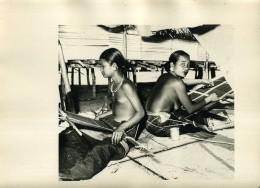 INDOCHINE : PHOTO DE FILLES NUES, AU TISSAGE - PHOTO EPOQUE INDOCHINE FRANCAISE - Photographs