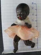Mini Poupee De Vitrine Ou Baigneur De Couleur Noire Hauteur 8 Cm - Dolls